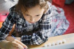 那的女孩与刷子的油漆 免版税图库摄影