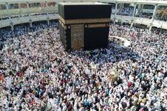 那穆斯林在kaaba附近绕行 免版税库存图片