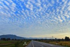 那里美丽的天空是一朵奇怪的云彩 免版税库存图片