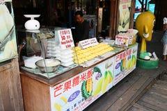 那里芭达亚浮动市场是很多看见和许多商店sel 免版税图库摄影