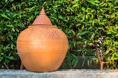 那里PotteryÂ是一片绿色叶子在背景中 图库摄影
