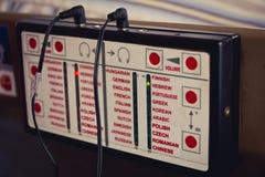 那音频指南的设备演奏信息用不同的语言 免版税库存照片