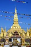 那Luang Stupa,万象,老挝人PDR地标  与在Boun期间的信号旗横幅那个Luang节日 库存照片