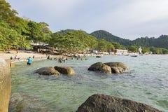 邦咯岛,马来西亚- 2017年12月17日:享受海滩活动和回归从海岛的游人希望乘小船 库存图片