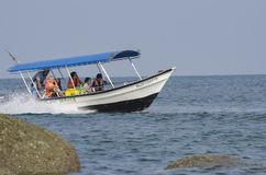 邦咯岛,马来西亚- 2017年12月17日:享受海滩活动和回归从海岛的游人希望乘小船 免版税库存照片