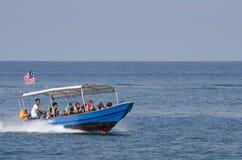 邦咯岛,马来西亚- 2017年12月17日:享受海滩活动和回归从海岛的游人希望乘小船 免版税图库摄影