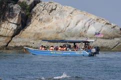 邦咯岛,马来西亚- 2017年12月17日:享受海滩活动和回归从海岛的游人希望乘小船 免版税库存图片