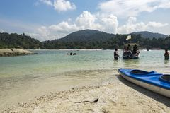 邦咯岛,马来西亚- 2017年12月17日:希望海滩活动的旅游享用的海岛在邦咯岛,马来西亚 库存图片