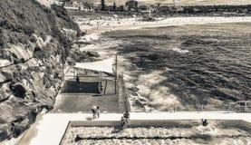 邦迪滩,澳大利亚- 2015年10月:人们在海滩放松 库存图片
