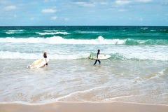 邦迪滩的小冲浪者 免版税图库摄影