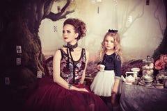 邪恶的女王/王后和阿丽斯茶会在妙境 库存照片