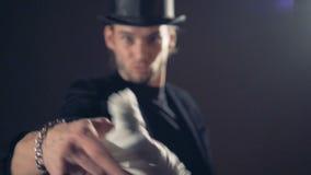邪恶的巫术师,看和投掷一块白色布的魔术师入照相机 影视素材