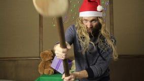 邪恶的矮人或坏圣诞老人礼物守卫与一把木短槌 股票录像