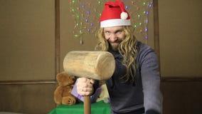 邪恶的矮人或坏圣诞老人礼物守卫与一把木短槌 影视素材
