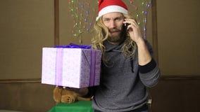 邪恶的矮人或坏拿着在庆祝的包装的圣诞老人一件礼物 股票视频