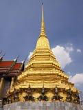 邪魔在金黄stupa附近的Yaksha雕象在鲜绿色菩萨寺庙里面在曼谷,曼谷玉佛寺,泰国 免版税库存图片