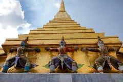 邪魔在鲜绿色菩萨寺庙里面的监护人雕象在曼谷,曼谷玉佛寺,泰国 图库摄影