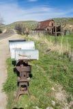 邮寄在一国家raod的箱子与谷仓 库存图片