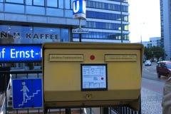 邮局邮寄的箱子-柏林 免版税库存图片