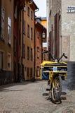 邮差的自行车在老镇,斯德哥尔摩,瑞典 免版税库存照片