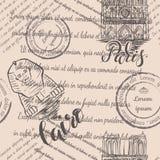 邮票、巴黎圣母院和狮身人面象与在巴黎和开罗,无缝的样式上写字在米黄背景 免版税库存照片