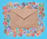 邮票和棕色信封 免版税库存照片