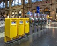邮箱和投币式公用电话在苏黎世主要火车站大厅里  免版税库存照片