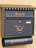 邮箱和报夹由金属制成 库存图片