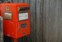 邮箱和木板条墙壁 免版税库存照片