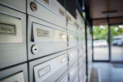 邮箱和锁在行在入口 库存照片