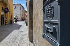 邮箱在意大利镇之外垂悬 免版税库存照片