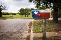 邮箱绘与在一条街道的得克萨斯旗子在得克萨斯 免版税库存图片