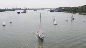 邮轮船和风船在河 鸟瞰图 风船和罐车 免版税库存图片