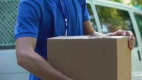 邮递员传染性的纸板箱和显示赞许,坏送货业务 股票录像