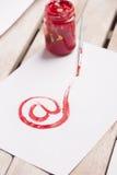 邮件与红色油漆的标志图画 模糊的概念重点其他红色万维网字字 免版税库存图片