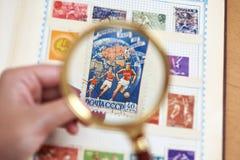 邮费与足球运动员的体育邮票册页的 库存图片