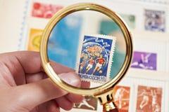 邮费与足球运动员的体育邮票册页的 免版税库存图片