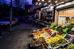 邻里蔬菜水果商在Cinarcik镇-土耳其 库存图片