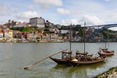阴郁的河和波尔图的历史的中心典型的小船  库存照片