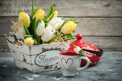 郁金香、杯子和红色圆点茶壶 免版税库存照片