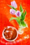 郁金香与咖啡杯的春天花 库存图片
