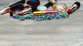 郁金香各种各样的化妆用品、辅助部件和花束  库存照片