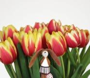 郁金香和一只滑稽的复活节兔子 免版税库存图片