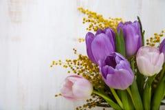 郁金香和含羞草花束在一个黄色花瓶 库存图片
