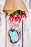 郁金香和心脏花束 库存图片
