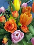 郁金香和玫瑰美丽的花束 免版税库存图片