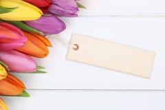 郁金香在与卡片的春天或母亲节开花在木b 免版税库存图片