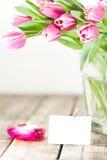 郁金香在花瓶和蜡烛 库存图片