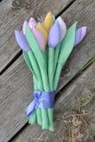 郁金香柔和的花束手工制造在老木板条背景 库存图片