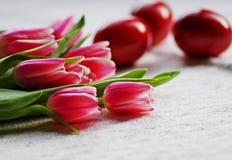 郁金香花和复活节彩蛋 库存照片